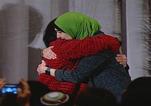 Linda Sarsour hugs Rasmea Odeh